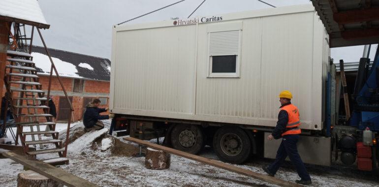 Isporuka stambenih modula Hrvatskog Caritasa u mjestu Sibić